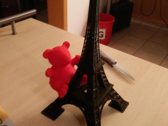 Der Eiffelturm mit Spitze und Besatzer